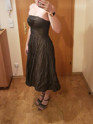 Braunes trägerloses Kleid