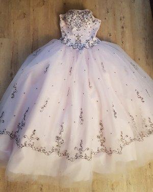 Brautkleid in zartrosa mit Schal aus Tüll