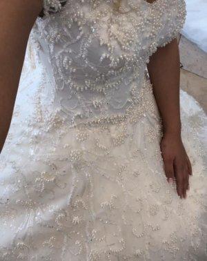 Brautkleid mit Perlen bestickt