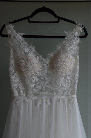 Brautkleid mit Spitze und tiefen Rückenausschnitt.