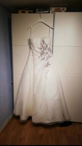 Brautkleid mit Stola und Reifrock