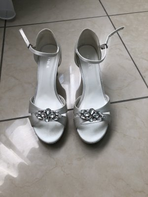 Menbur Peep Toe Pumps white