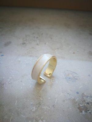 Breiter, schicker Ring in weiß geöffnet