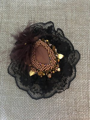 Broche negro-color oro