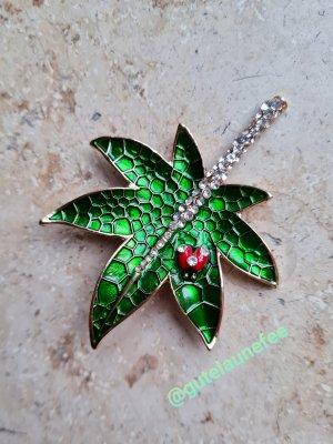 Brosche Glücksbringer Blatt Marienkäfer rot grün mit funkelnden Steinen