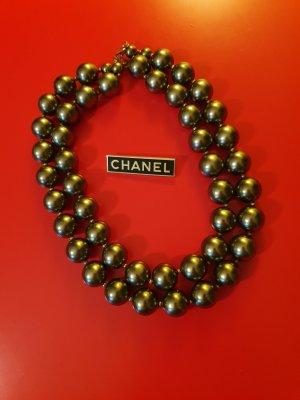 Chanel Broche negro-color oro