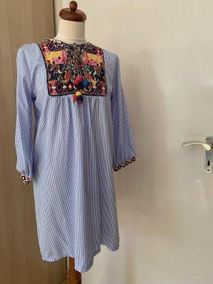 Bunt Besticktes Kleid in blau-weiß gestreift