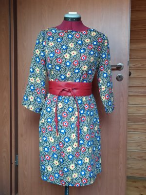 Buntes geblümtes Kleid