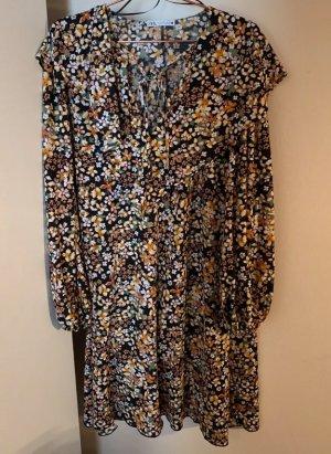 Buntes Kleid mit Blumen