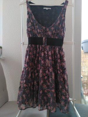 Buntes, leichtes Kleid. Perfekt für den Sommer