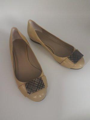 Burberry Bailarinas de charol con tacón marrón arena Cuero