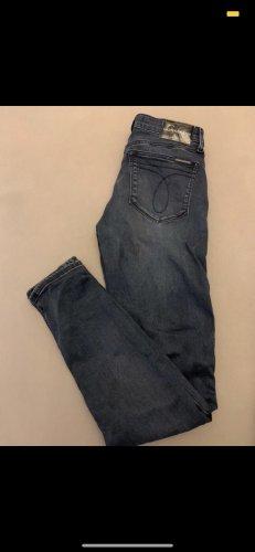 Calvin Klein Jeans Jeansy o obcisłym kroju stalowy niebieski