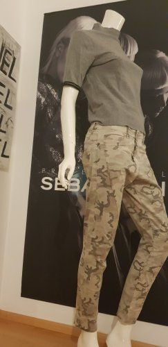 Camouflage Hose boyfriend style und guess ka shirt grau small  Coole Kombination.