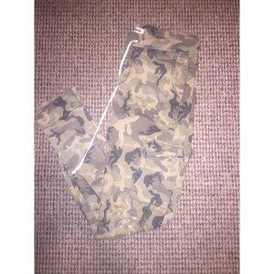 Camouflage hose mit rissen