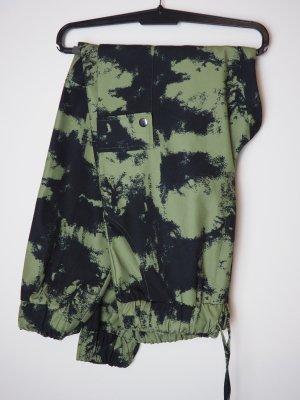 Missguided Pantalón de camuflaje verde bosque-negro