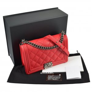 CHANEL Boy Bag New Medium Rot @mylovelyboutique.com