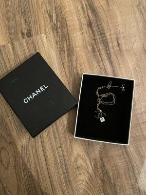 Chanel Kette mit schwarzem CC-Logo und weißer Kamelie mit original Box