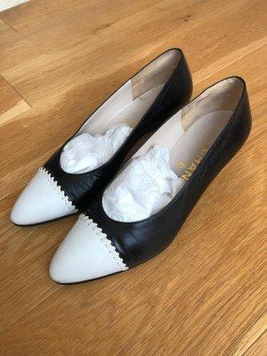 Chanel Pumps met sleehak zwart-wit