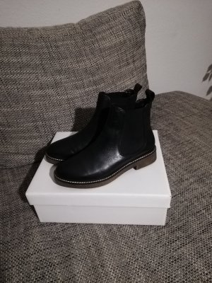 find. Chelsea Boots black