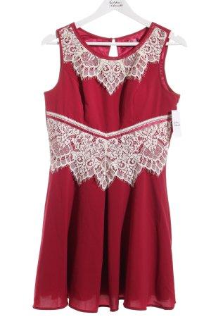 Chi Chi London Abendkleid dunkelrot florales Muster Romantik-Look