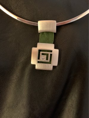 Chicer Kreuzanhänger mit grünem Seidenbsnd