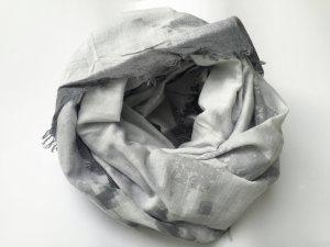 Chicer Schal in verschiedenen Grautönen