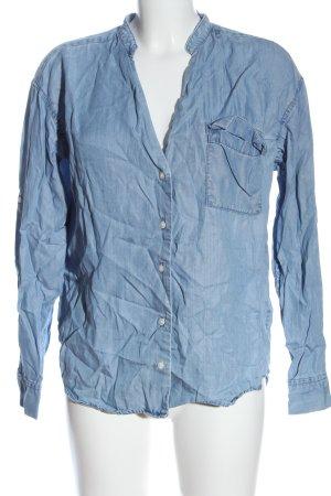 Closed Camisa vaquera azul look casual