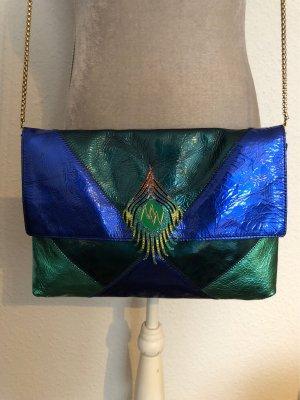 Clutch aus Lackleder in Blau- und Grüntönen