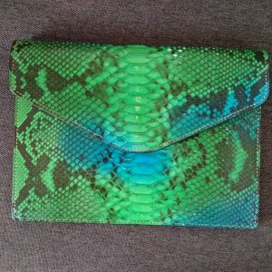 Clutch / Umhängetasche aus Pythonleder von Amishi London