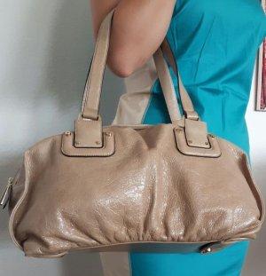 Coccinelle Handtasche längliche Form beige Glanzleder