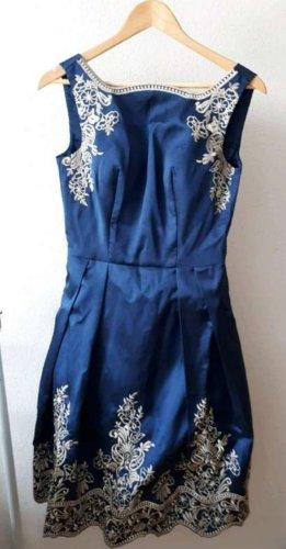 Chi Chi London Sukienka midi niebieski