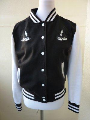 Collegejacke schwarz weiße Ärmel mit Schwalbenaufnäher Rockabilly Hipster Style