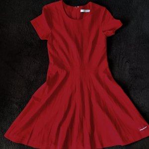 Cool, bequem und knallrot: Calvin Klein Kleid