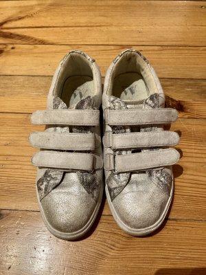 Coole hellgraue Sneaker mit Klettverschluss und Schlangendetails