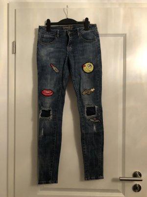 Coole Jeans mit Patches von Miss Goodlife Gr. 26 - neuwertig