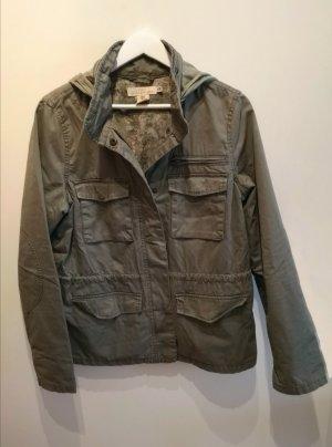 Coole, kurze H&M Baumwoll-Jacke in Khaki mit integrierter Kapuze, Gr. 40