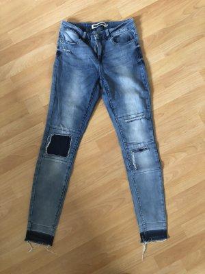 Coole Skinny Jeans mit Stoffapplikationen