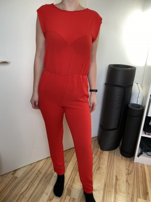 Cooler roter Jumpsuit