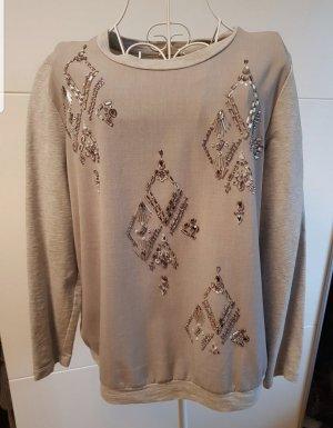 Cooler Sweater mit Schmuck Details.