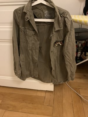 Cooles grünes Armyhemd mit Steinapplikationen auf der Brusttasche