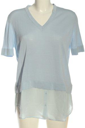 COS Camisa con cuello V azul look casual