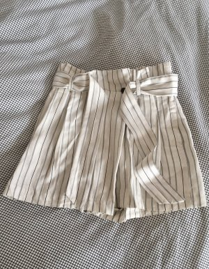cremefarbene highwaisted Shorts Zara