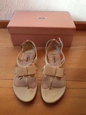 Cremefarbene Sandalen von Miu Miu