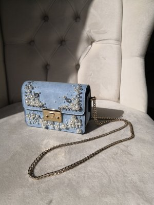 Crossbody bag in hellblau mit Perlen und Strassteinen