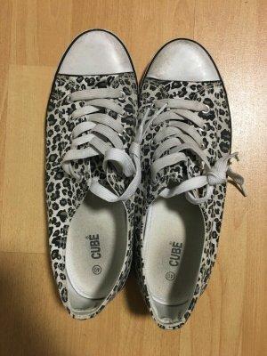 CUBE Schuhe Sneaker Größe 40 in Weiß Grau Animal Print Leo getragen