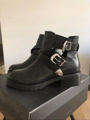 Cut out boots schwarz mit Schnallen