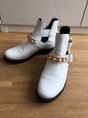 Cut-Out Boots Weiss mit Goldkette.