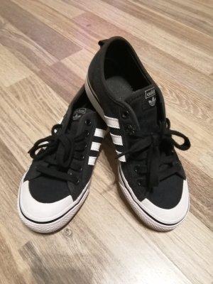 Adidas Tacones con cordones negro