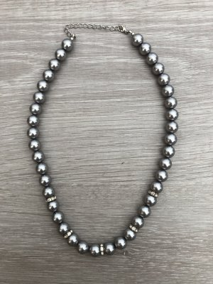 Collier de perles gris-argenté