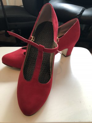 Strapped pumps red
